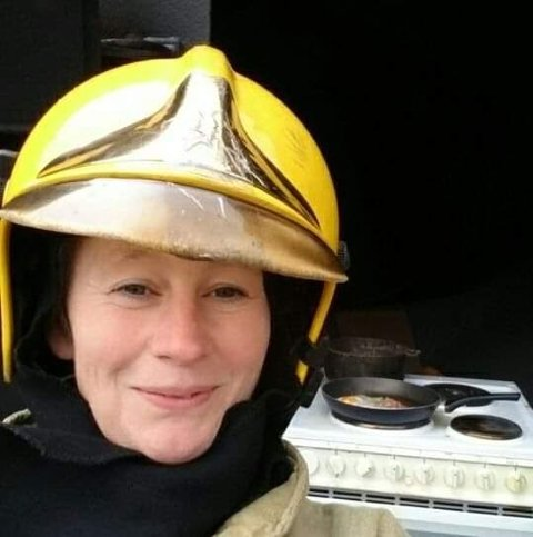 UROA: Torill Anita Segtnan er leiar for brannførebyggande avdeling hos Førde brannvesen. Her under øvingsområdet under ein test av brannfare med komfyrar.