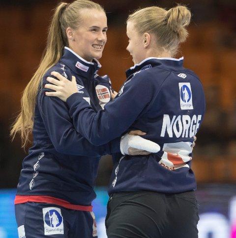 JUBEL: Selv om Live Rushfeldt Deila (til venstre) ikke fikk spille bronsefinalen, så slapp hun ut jubelen etter kampslutt.