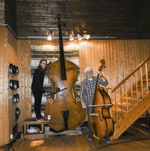 OKTOBASS: Dag Erik Johansen (t.v.) og Kai Andersen på kontrabass. Foto: Steinar Omar Østli