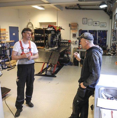 GIR RÅD: I løpet av en dag er det en del kunder innom verkstedet. Blant andre kom Hugo Nilsen (th) for å få råd av André Løwen.