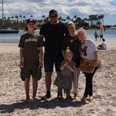 HAR DATTER I SVERIGE: Trine-Lise Brodin sammen med familien sin. Datteren på 12 bor i Sverige sammen med faren sin, og nå vet de ikke når hun kommer hjem til Halden på besøk.