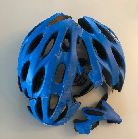 KNUST: Slik så sykkelhjelmen til 12-åringen ut, etter han sklei på det sleipe underlaget på vei til trening mandag.