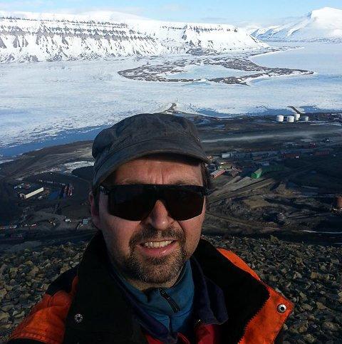 EVAKUERT: Frank-Johnny Olsen her på en finere værdag på Svalbard.