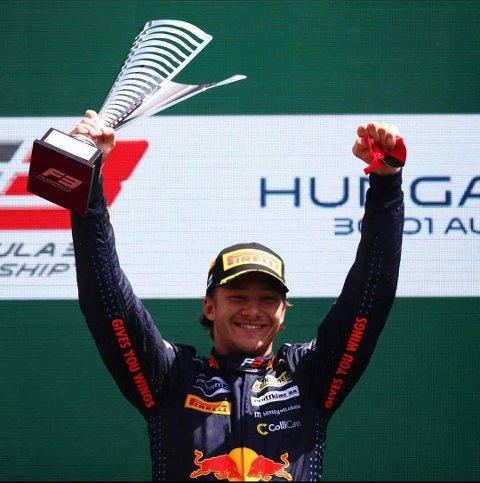 NY SEIER: Dennis Hauger jubler etter ny seier i Formel 3-serien.