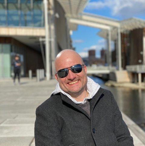 EN AV SØKERNE: Kristian Westgård fra Hakadal kan veldig gjerne tenke seg jobben på OSL selv om han også stortrives som kommunikasjonssjef i Nittedal kommune.
