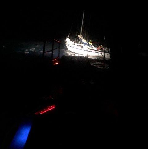 FIKK HJELP: Seilbåten fikk hjelp av redningsskøyta natt til mandag.