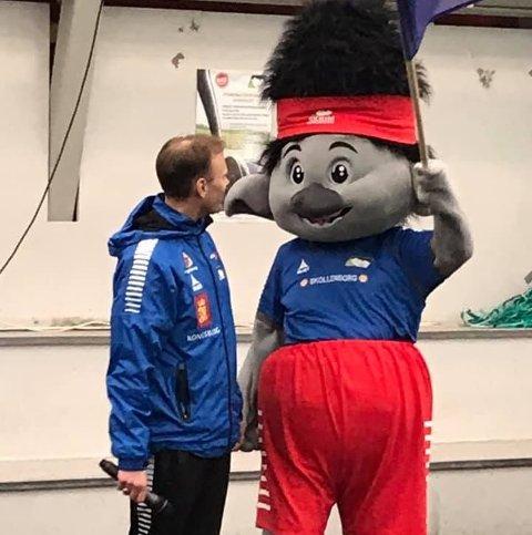 """Leder i Skrims fotballgruppe, Anders Hovde, sammen med deres nye maskot """"Skrimmy""""."""