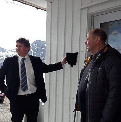 Ordfører Eivin Holst hadde gleden av å avduke planketten som nå pryder veggen til Straumanbutikken. Her sammen med styreleder og eier Håkon Solberg.