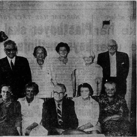 Bakerst fra venstre: Lorntz Lindgaard (Ramsvik), Marie Gudmundsen (Mosjøen), Olga Leknes (Leknes) Hilda Holm (Ballstad) og Kristoffer Lindgaard (Himmelsteinen, Vestvågøy).  Fremst fra venstre: Ida Broostad (Winnepeg, Canada), Henny Nergård (Trondheim), Alfred Sandberg (Vancouver), Sigrid Larsen (Fygle), Emma Pedersen (Ballstad)