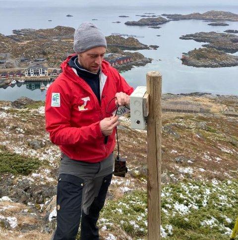 Peter Andersen i Lofoten friluftsråd sjekker telleren på Ballstad. Det er friluftsrådet som eier den og leser den av.
