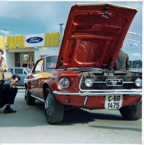 GROMBIL: Trond Scheas 1967 Ford Mustang utenfor Hønefoss Auto i april 1967.