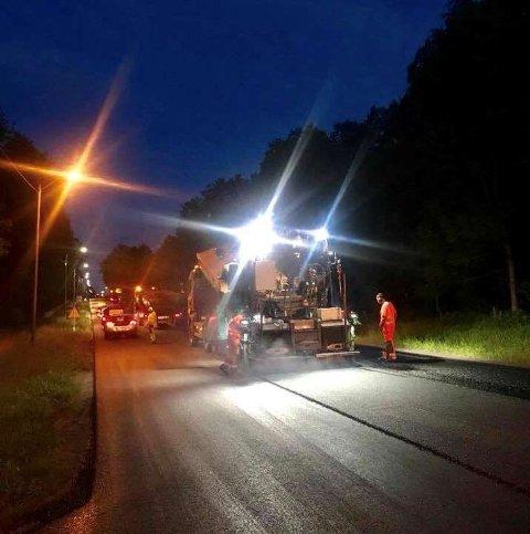 Å frese - og asfaltere vei er en støyende jobb. For de nærmeste naboene til fylkesvei 319 kan nattesøvnen fremover derfor bli forstyrret.