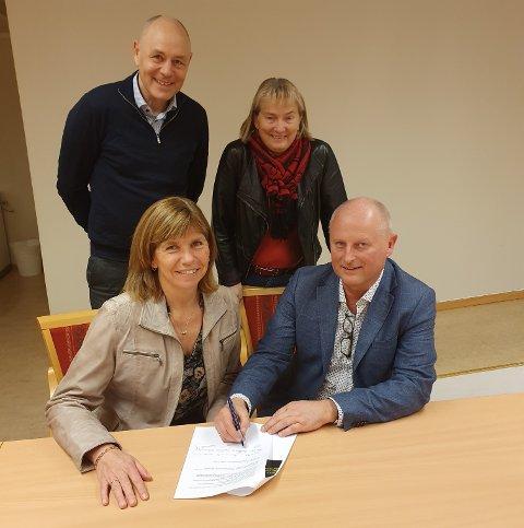 Her signeres avtalen av kommunedirektør i Surnadal Knut Haugen, sammen med kommunedirektør Randi Dyrnes i Sunndal, rådmann Birgit Reisch i Rindal og kommunedirektør Odd-Arild Bugge i Tingvoll.