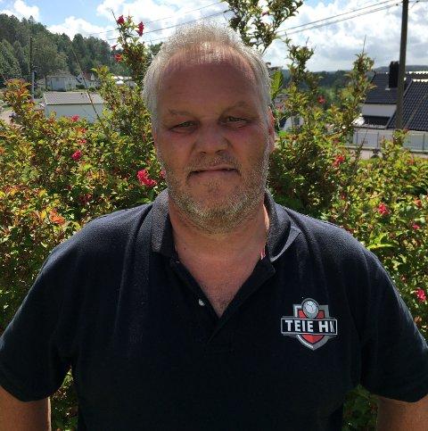 TOMMEL OPP: Sportslig leder i Teie Håndballklubb Øyvind Grette retter to tomler i været for alle midlene og gavene de har fått fra Sparebank 1, og fra sponsorer.