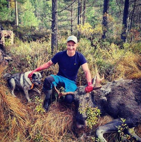 Stian Finsrud med den skadde elgen som ble felt i dag og elghunden som fant den.