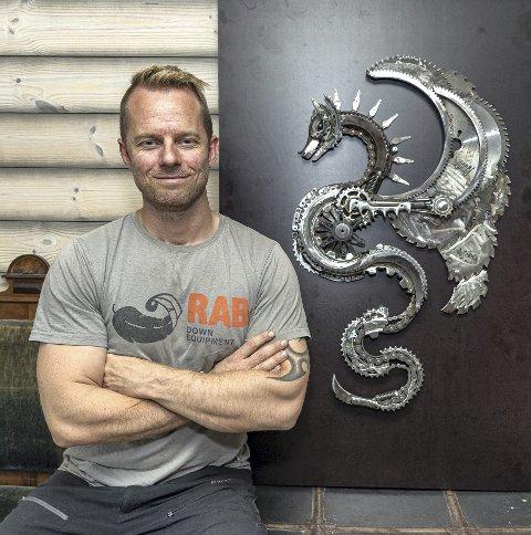 Kunstner: Emil Bråten lager kunst ac skrapmetall. Det er en tidkrevende prosess fra idé til ferdig installasjon.
