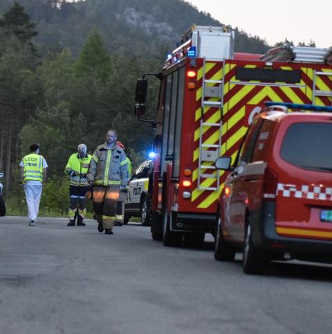UNDERSØKELSER: Politiet fortsatte med undersøkelser på stedet også etter at de andre nødetatene trakk seg tilbake. Foto: Tor Magne Gausdal