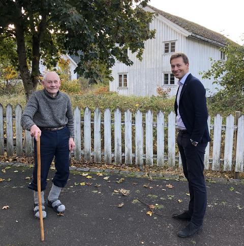 ENIGE: Sven Tonstad selger eiendommen Ytregarden 3 på Tonstad til Sirdal kommune. Kommunen her representert ved ordfører Jonny Liland (Ap).