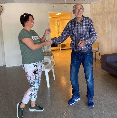 INNTAR KVINESDAL: Her overtar Maggie Gjedrem nøklene fra lokalets eier Lars Emanuel Egeland. Nå skal det bli byttebutikk med fokus på barneklær.