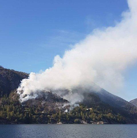 Slik såg brannen ut frå «DS Oster» som køyrde forbi på fjorden.