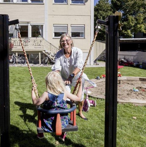 De frivillige: Astri Poppe er en av de eldste frivillige. Hun er 69 år, og tror mange kan bidra med noen få timer i uken på Barnas Stasjon.