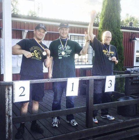 PALLEN: Magnus Vilhelmsen på toppen av pallen sammen med Klas Eriksson (2. plass) og Johnny Nordberg (3. plass).