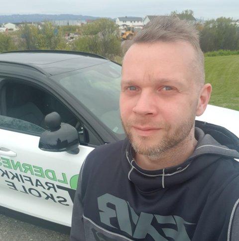 HØYSESONG FOR ULYKKER: Trafikklærer Gøran Oldernes oppfordrer alle til å ta det pent på veiene i sommermånedene. Selv var han og en elev nettopp i en skummel situasjon i møte med et vogntog.