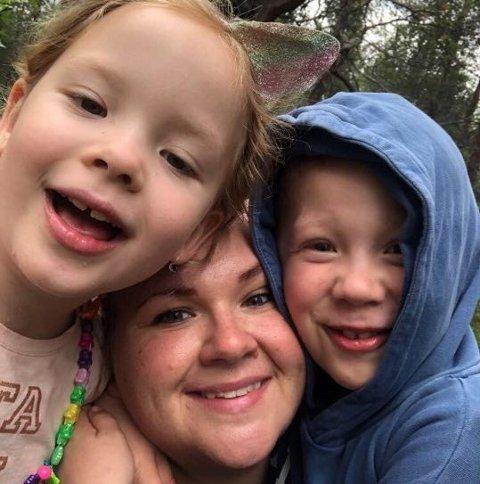 GLAD TRIO: Gry-Cecilie Halvorsrud Wikan, her med barna Lilly og Asbjørn, trives så godt i  hjembygda Aurskog at hun aldri vil flytte derfra.