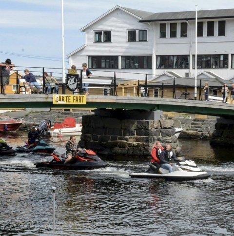 Disse vannscooterne passerte under åpningen på Jens Lauersønns plass.