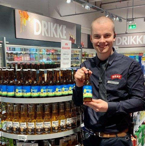 ÅRÅSEN-ØL: Fungerende butikksjef hos Meny Åråsen, Sander Rasch Hansen, sier de ønsket å lage noe helt spesielt og eget for området rundt Åråsen.