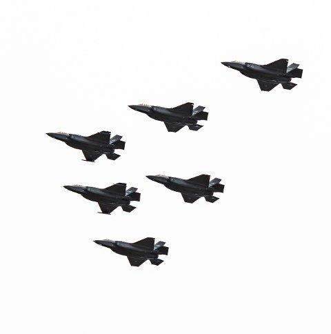 SEKS FLY: Seks jagerfly av typen F-35 fløy over Kjeller og Lillestrøm-området i forbindelse med markeringen av frigjøringsdagen i dag.