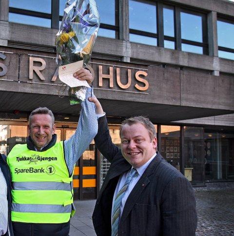 JUBLER: Tjukkasgjengens Jan Ellefsen og Frp-politiker Erlend Wiborg fotografert i forbindelse med at Moss kommune ga Tjukkasgjengen refleksvester i 2012.