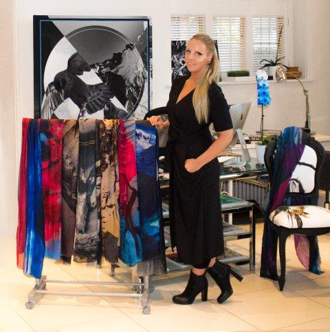 SATSER PÅ EGET MERKE: Hilde Didi Bjørnerud fra Gjøvik, nå bosatt i London, har etter mange år som frilans tekstildesigner for en rekke kjente luksusmerker lansert sitt eget, som vil vises under høstens London Fashion Week.