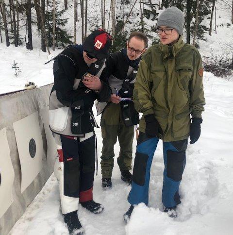 FELTSKYTING: Tore Nerli Hansen (fra venstre), Stian Engnæs Hansen og Christoffer Engnæs Hansen studerer figurene etter endt skyting.