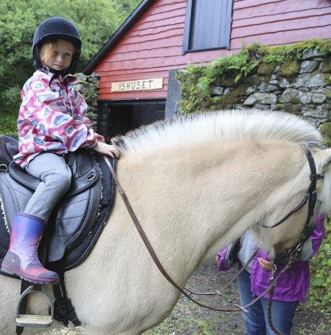 HØGT TIL HEST: Iris Amalie kosa seg høgt til hest på familiedagen i Nøtlevågen.