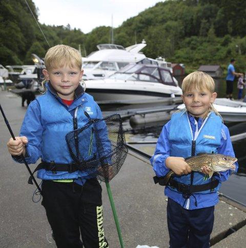 FEKK FISK: Brørne Isak Johan (7) Daniel (6) Friis Johannesen fekk både torsk og makrell under fiskekonkurransen i Nøtlevågen.