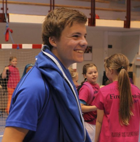 DUGNAD: Herrespelar Martin Yndestad var med som trenar og leiar på Handballskulen. Litt travelt, men mest moro.