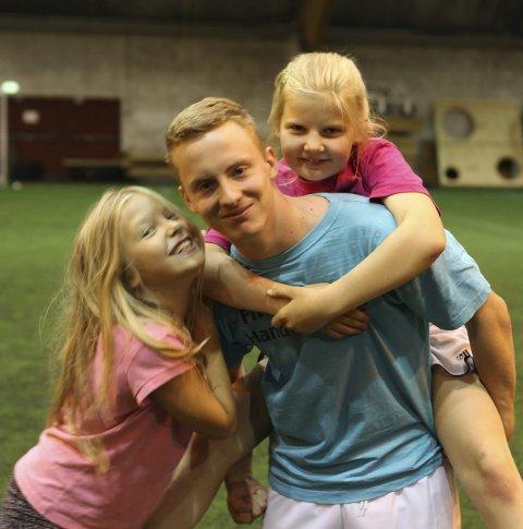 POP: Leiaren Andreas Eikefjord Standal (16) var svært så populær blant tiåringane Ada Marie Stensvoll Smørdal t.v. og Sofie Myklebust.