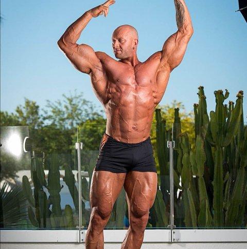 VISER MUSKLER: Christer Hoftvedt regnes som en av Norges største kroppsbyggere. Nå er han også eier av sitt eget treningssenter.