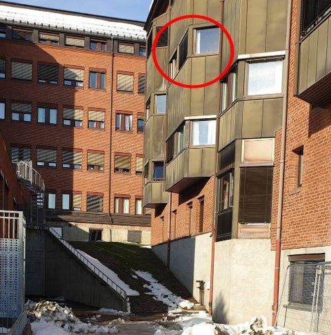 FALT UT: Mannen falt ut fra dette vinduet på sykehuset i Gjøvik. Han har pådratt seg bruddskader flere steder.