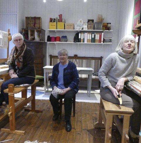 FLITTIGE DAMER: Bodil Magnusson (f.v.), Bjørg Hagen og Inger Marit Almankås er flittige på veven. Alle foto: Morten Paulsen