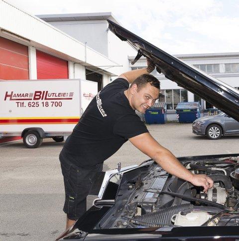 MANGE TIMER: Evaldas Kongelis har brukt mange timer på bilen.