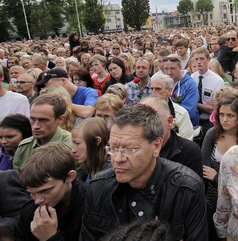 SAMLET: Arne-Christian Mohn var blant mange tusen som 25. juli 2011 deltok i rosetog i Haugesund for å minnes ofrene og løfte fram humanisme og nasjonale fellesverdier. Arkivfoto: Grethe Nygaard