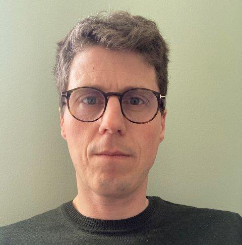 BURDE SETT DET AN: Stian Heimtun er hovedtillitsvalgt i Utdanningsforbundet i Karmøy. Han mener man burde sett smittekurvene an ut uken.