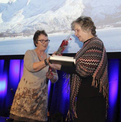 PRIS: Jorunn Aune (til høyre) får Sigridprisen av Ann Kristin Grande.