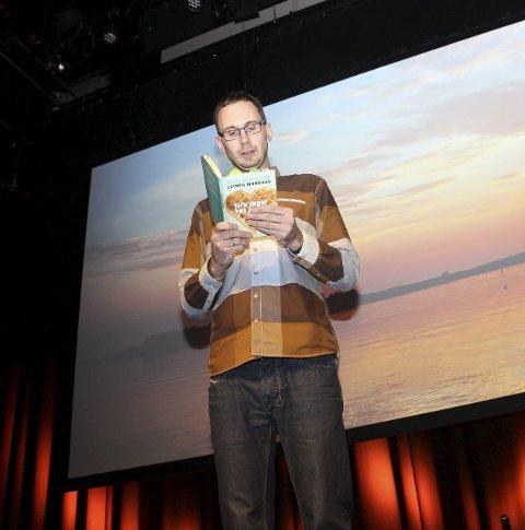 """BOK: Tor Martin Leines Nordaas leser fra boka """"Fire dager hos Farmor""""."""
