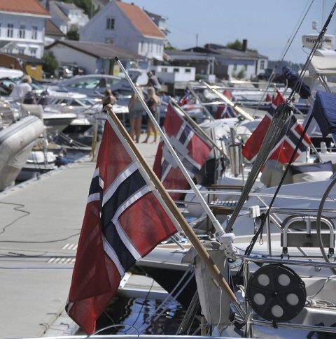 Flagg: Norske flagg akter hos båter i gjestehavnene.
