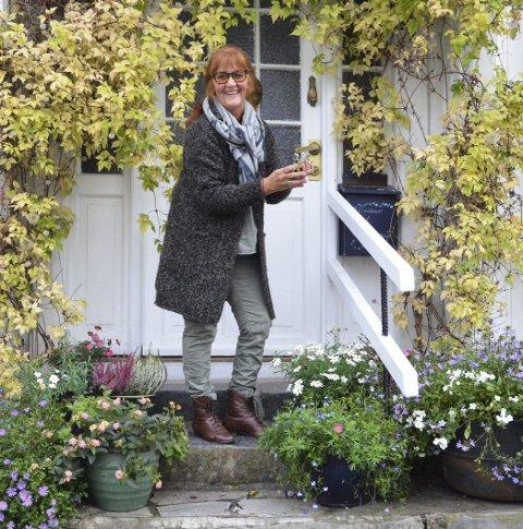 Sommerblomstene: På trappa til Brit Weisser på Bakken har ikke sommerblomstene gitt tapt for kulda selv om vi nærmer oss november. Brit forteller at hun har stelt mye med plantene, og at hun er takknemlig for å ha dem så lenge.