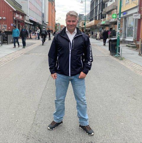 I VALGKAMP-MODUS: Per-Willy Amundsen deltok på Frps valgstand i Storgata i Tromsø lørdag. Nå deler han sine tanker om hvilke saker som er viktigst for å kapre velgere i nord.