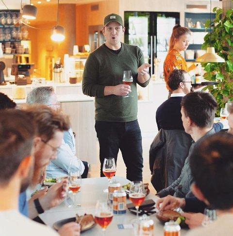 AMBASSADØREN: Som ølbrygger er Mikael Slettedal opptatt av å formidle smaksopplevelser og kortreist ølkultur. Nå får han med seg trønderske øl-entusiaster som investorer og ambassadører.